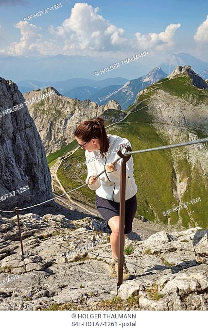 Alpen, Karwendel, Frau wandert an einem Klettersteig