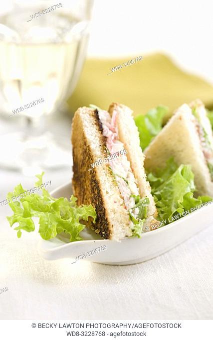 Mini de chatka, ensalada, jamon y mayonesa