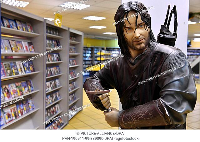 """22 August 2019, Thuringia, Erfurt: The figure of Aragorn from """"""""Lord of the Rings"""""""" is in the video store Video Buster between the shelves with films"""