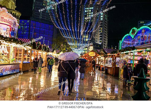 Visitors walk the grounds of the Christmas market at the Breitscheidplatz in Berlin, Germany, 27 November 2017. Photo: Gregor Fischer/dpa