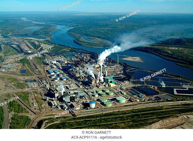 Suncor extraction plant N of Ft McMurray, Alberta