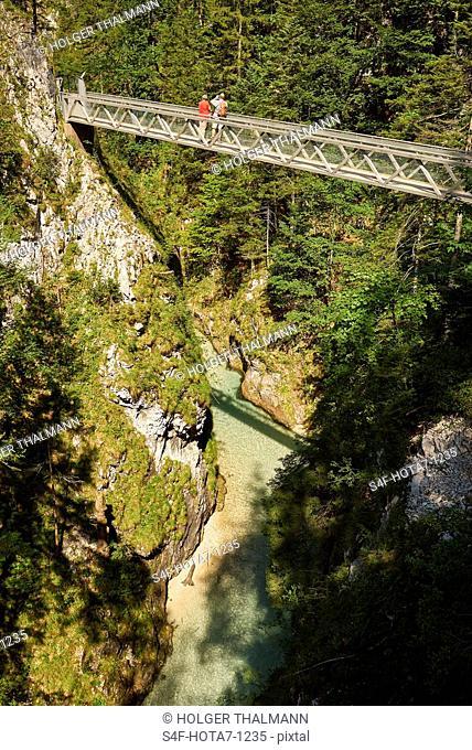 Deutschland, Bayern, Mittenwald, Menschen auf Fußgängerbrücke in der Leutaschklamm