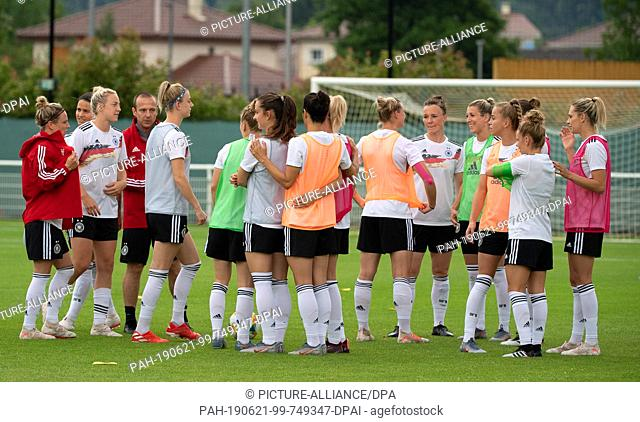 21 June 2019, France (France), Grenoble: Football, women: World Cup, national team, Germany, final training: The team is on the pitch