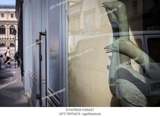 GALLERY WITH SCULPTURES OF GEESE THAT WATCH THE PASSERS-BY, RUE DES BEAUX-ARTS, 6TH ARRONDISSEMENT, PARIS, FRANCE