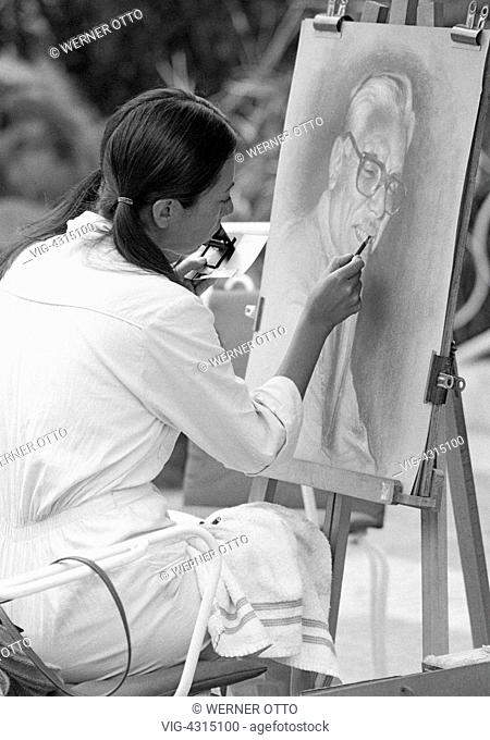 SPANIEN, PUERTO DE LA CRUZ, 15.04.1981, Eighties, black and white photo, culture, art, painting, young woman sits in front of an easel and paints a picture