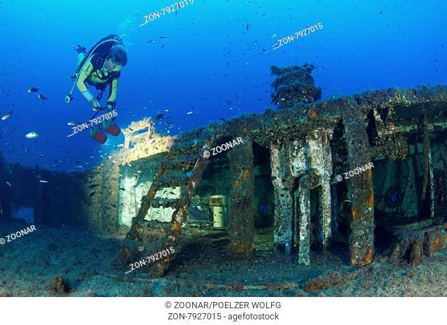 Schiffswrack MV Cominland, Wrack und Taucher, Shipwreck MV Cominoland, Wreck and Scuba Diver, Gozo, Malta, Sued Europa, Mittelmeer, Mare Mediterraneum