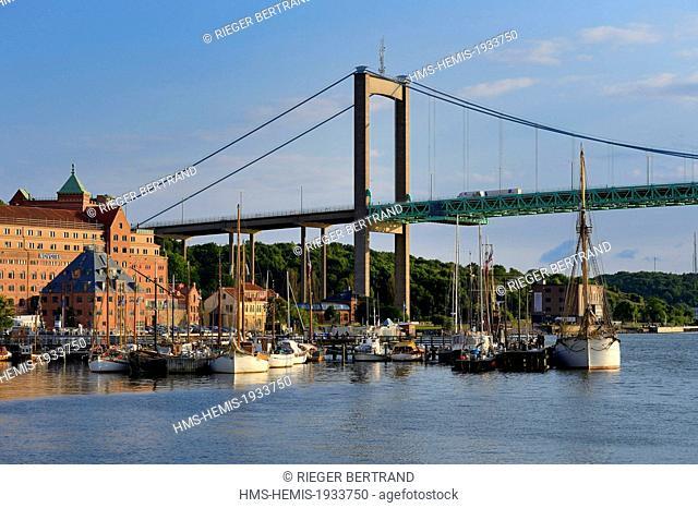 Sweden, Vastra Gotaland, Goteborg (Gothenburg), the small harbor Klippans (Klippans angbatsbrygga) and the Novotel hotel under the alvsborg Bridge in the...