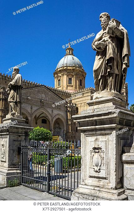 Entrance to the Piazza Cattedrale looking towards the Gothic portico Cathedral in central Palermo, Sicily, Italy