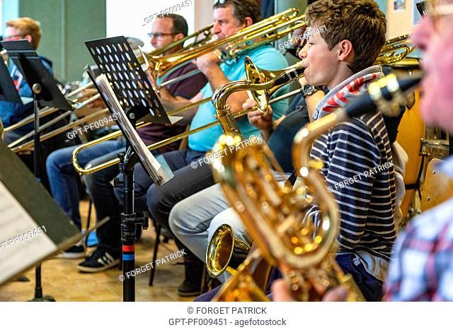 MUSIC SCHOOL L'AVENIR RUGLOIS DURING REHEARSALS, MUSIC HALL, RUGLES (27), FRANCE