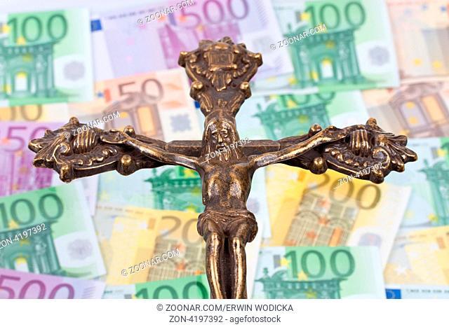 Viele Euro Geldscheine mit einem Kreuz