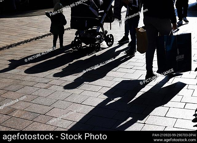 dpatop - 20 September 2021, Schleswig-Holstein, Flensburg: People walk through Flensburg's city centre with shopping bags