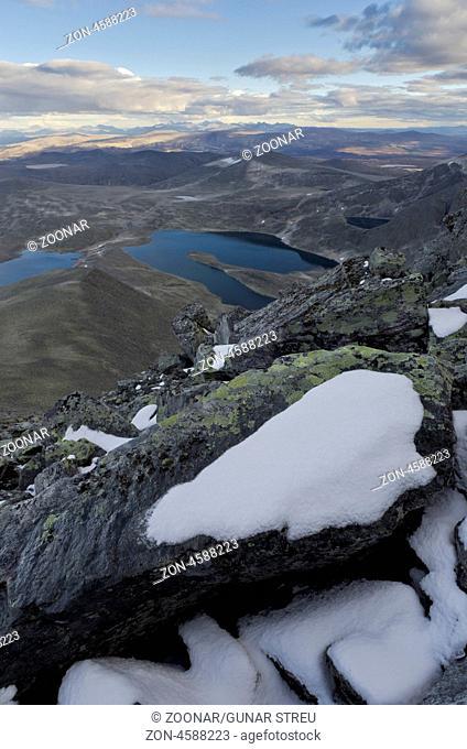 Blick vom Berg Storstyggesvanatinden im Dovrefjell-Sunndalsfjella Nationalpark, am Horizont Gipfel im Rondane Nationalpark, Oppland Fylke, Norwegen
