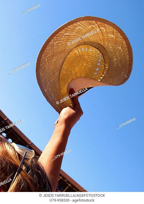 Espectador con sombrero en una corrida en la Plaza de toros de Alicante