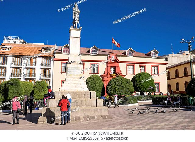 Peru, Puno Province, Puno on the banks of Titicaca lake, Plaza de Armas and the courthouse