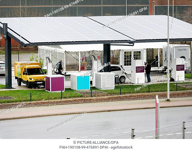 08 January 2019, North Rhine-Westphalia, Duisburg: Electric cars are parked at an electric filling station. The charging station can charge electric vehicles...