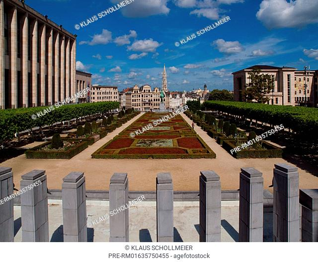 Look over the Jardin du Mont des Arts to Town Hall tower, Brussels, Belgium, July 2015 / Blick über den Jardin du Mont des Arts zum Rathausturm, Brüssel