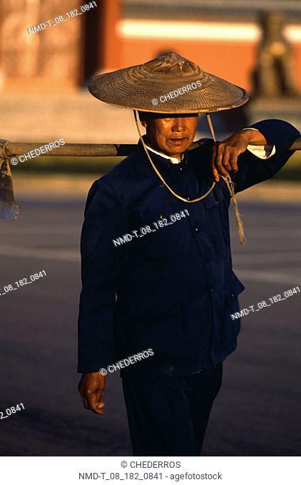 Close-up of a senior man wearing a sun hat, China