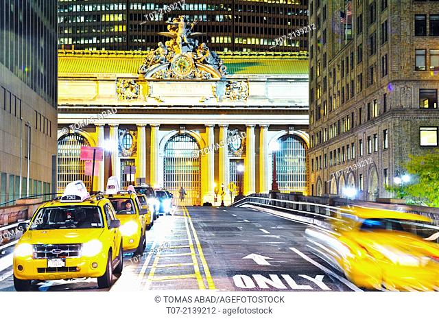 Evening rush hour, Cars entering and exiting Pershing Square Bridge, Grand Central Terminal, Midtown 42nd Street, Manhattan, New York City, USA