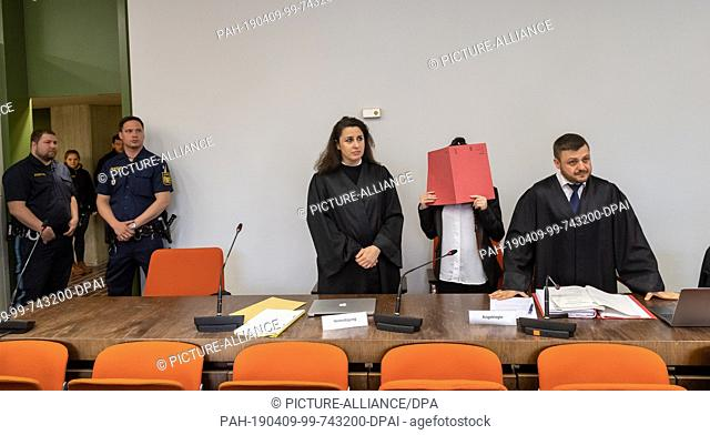 09 April 2019, Bavaria, München: The accused (2nd from right), who is said to have joined the terrorist militia Islamic State (IS) in Iraq