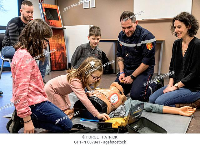 USING A SEMI-AUTOMATIC DEFIBRILLATOR, INTRODUCTION TO FIRST AID FOR CIVILIANS (ADULTS AND CHILDREN) WITH SERGEANT MAXIME PERNET FROM THE EMERGENCY SERVICES
