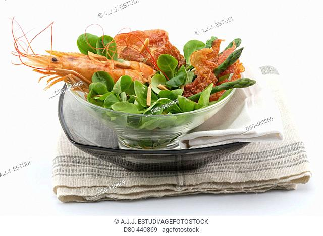 Salad of lamb's lettuce, bacon and shrimps