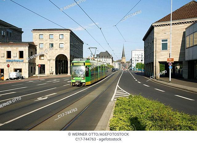 Germany, Muelheim an der Ruhr, Ruhrgebiet, Nordrhein-Westfalen, NRW, Stadtansicht, Stadtzentrum, Blick ueber die Schlossbruecke an der Stadthalle vorbei zur...