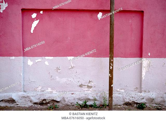Close-up of a wall with a chipped plaster layer