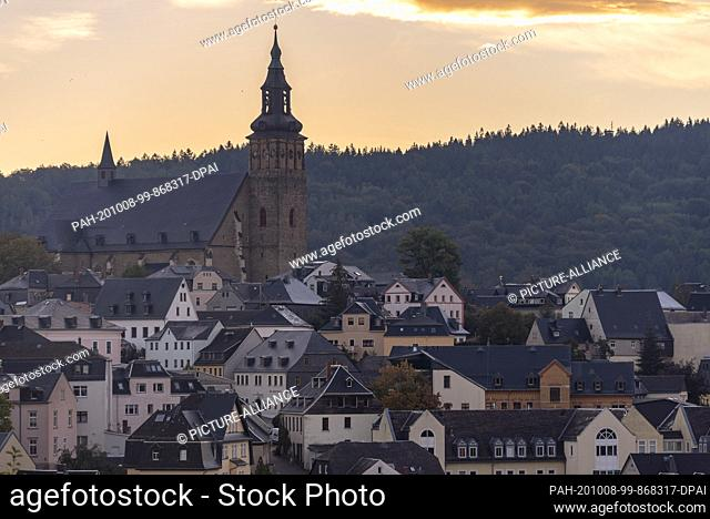 03 October 2020, Saxony, Schneeberg: View of the Erzgebirge town Schneeberg with the protestant church St. Wolfgang, one of the largest late-gothic hall...