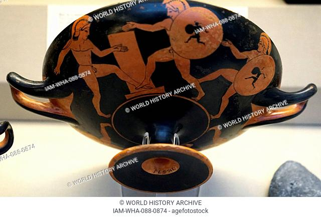 Red-figured kylix showing participants in the hoplitodromos