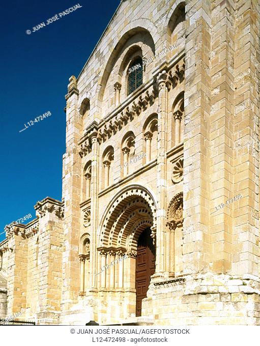 Puerta del Obispo (Bishop's Doorway), cathedral of Zamora. Castilla-Léon, Spain