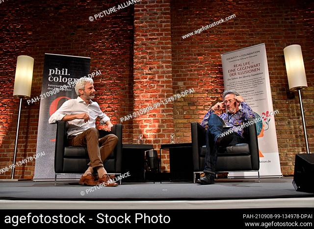 07 September 2021, North Rhine-Westphalia, Cologne: Physician and author Tobias Esch (l) and journalist Gert Scobel speak and discuss at phil
