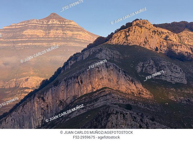 Last light, Porracolina peak, Miera Valley, Valles Pasiegos, Cantabria, Spain, Europe