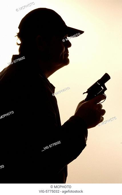 Germany, HAMBURG, 29.12.2006, Siluette eines Mannes mit einer Pistole in der Hand - Hamburg, Germany, 29/12/2006
