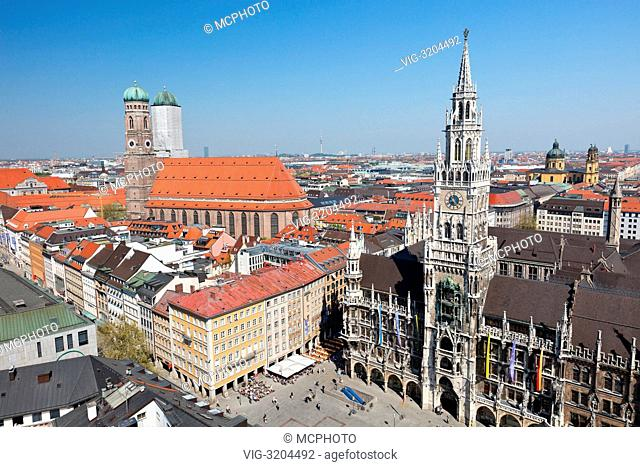Historical center of Munich city: Marienplatz, New Town Hall and Frauenkirche - 01/01/2012