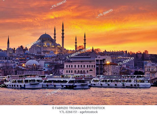 Fatih district with the Süleymaniye Mosque and the Eminönü square , Istanbul, Turkey