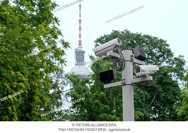 22 July 2019, Berlin: Surveillance cameras can be seen at Moses Mendelssohn Jewish High School in Grosse Hamburger Straße