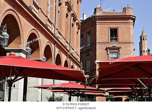 PARASOLS OF THE SIDEWALK CAFES AND THE ARCADES, CORNER OF THE RUE DU TAUR, PLACE DU CAPITOLE, CITY OF TOULOUSE, HAUTE-GARONNE 31, FRANCE