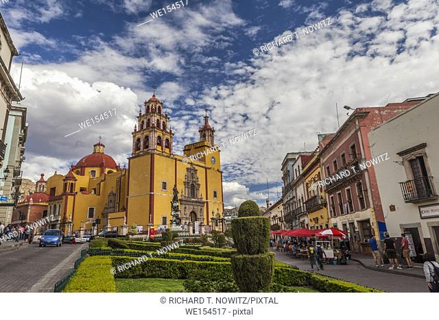 The yellow church of Parroquia de Basílica Colegiata de Nuestra Señora de Guanajuat with The Plaza de La Paz (Peace Plaza) in the historic city center of...