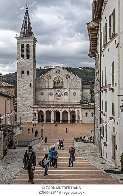 Am Ende einer großen abschüssigen Treppenanlage liegt der Dom von Spoleto. Er trägt den Namen Santa Maria Assunta