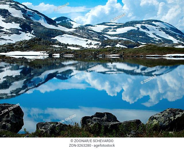 Ein See auf der Hardangervidda in Norwegen im Juli