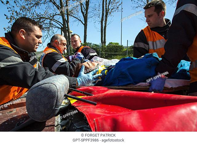 MANOEUVRES, ROAD RESCUE WITH THE FREEING OF A VICTIM FOR HIS CAR, EMERGENCY SERVICES DEPARTMENT OF AUTUN, FIRE HOUSE, SAONE-ET-LOIRE (71), FRANCE