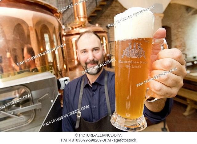 22 October 2018, Mecklenburg-Western Pomerania, Mellenthin: On the island of Usedom the small brewer and owner of the moated castle Mellenthin Jan Fidora brews...