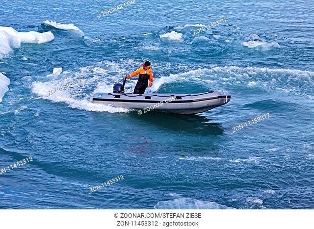 Schlauchboot in der Gletscherlagune, Joekulsarlon, Vatnajoekull-Nationalpark, Hornarfjoerdur, Ostisland, Island, Europa