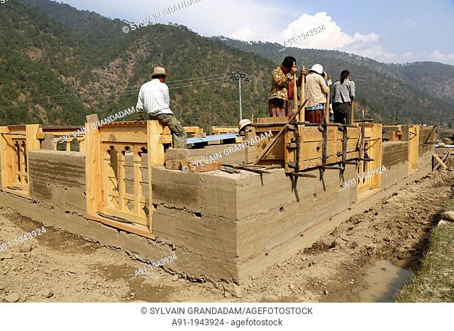 Bhutan (kingdom of), City of Punakha, building site of a traditional house made of adobe walls