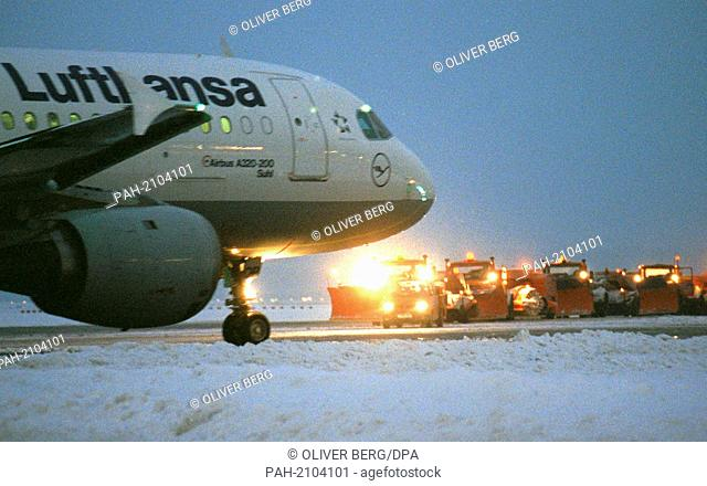 A Lufthansa Airbus rolls on 10.12.1998 at the Frankfurt airport on snow vehicles over to the runway. In Hesse too, dense snowdrift led to chaotic traffic...