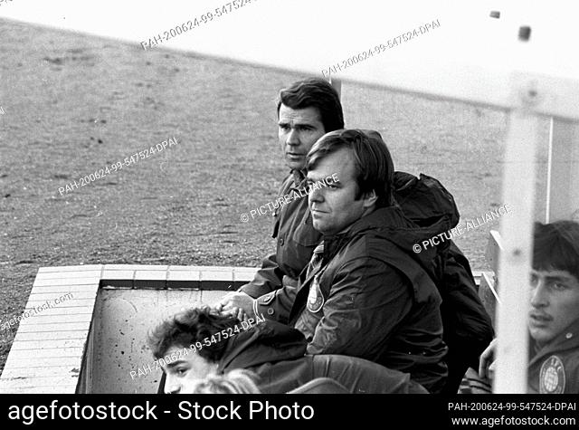 01 January 1979, Saxony, Leipzig: Lok-Bank: Goalkeeper René Müller (far right), co-trainer Dr. Bernd Kirsche (far back) and substitute Peter Englisch (front...