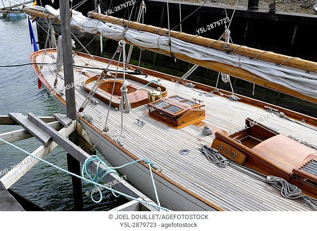 Nan of Fife : classic yacht with an auric cutter rig, designed and built by William Fife in 1896. It is the oldest Fife plan yet sailing currently