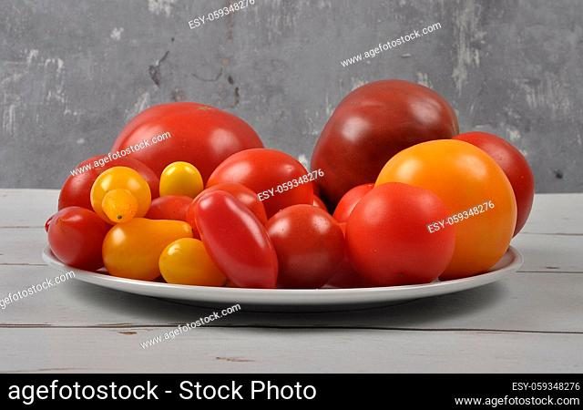 Tomaten auf Teller und Holz - Variety of tomato cultivars on plate and wood