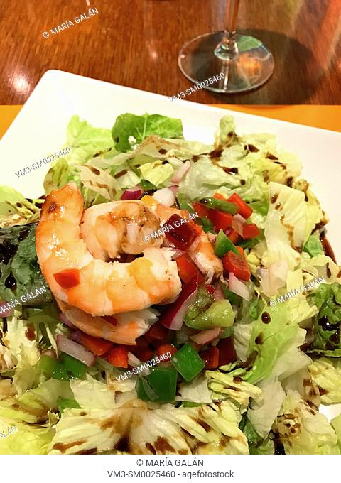 Salad made of prawns, lettuce, peppers and olive oil
