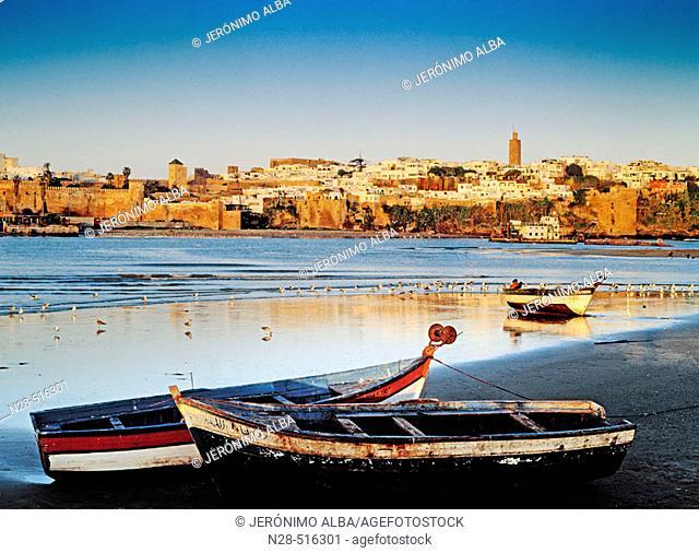 amanecer en el rio rio bou regreg y villa de sale en rabat marruecos